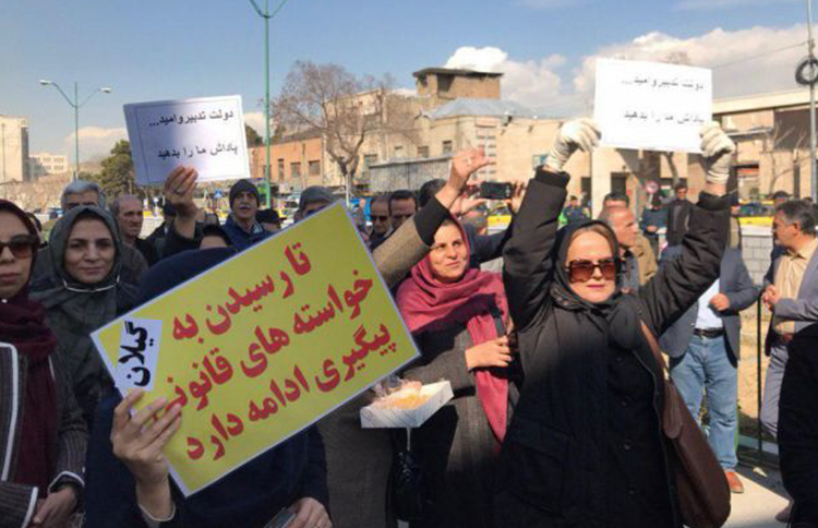 Retired Iranian teachers protest for better pay
